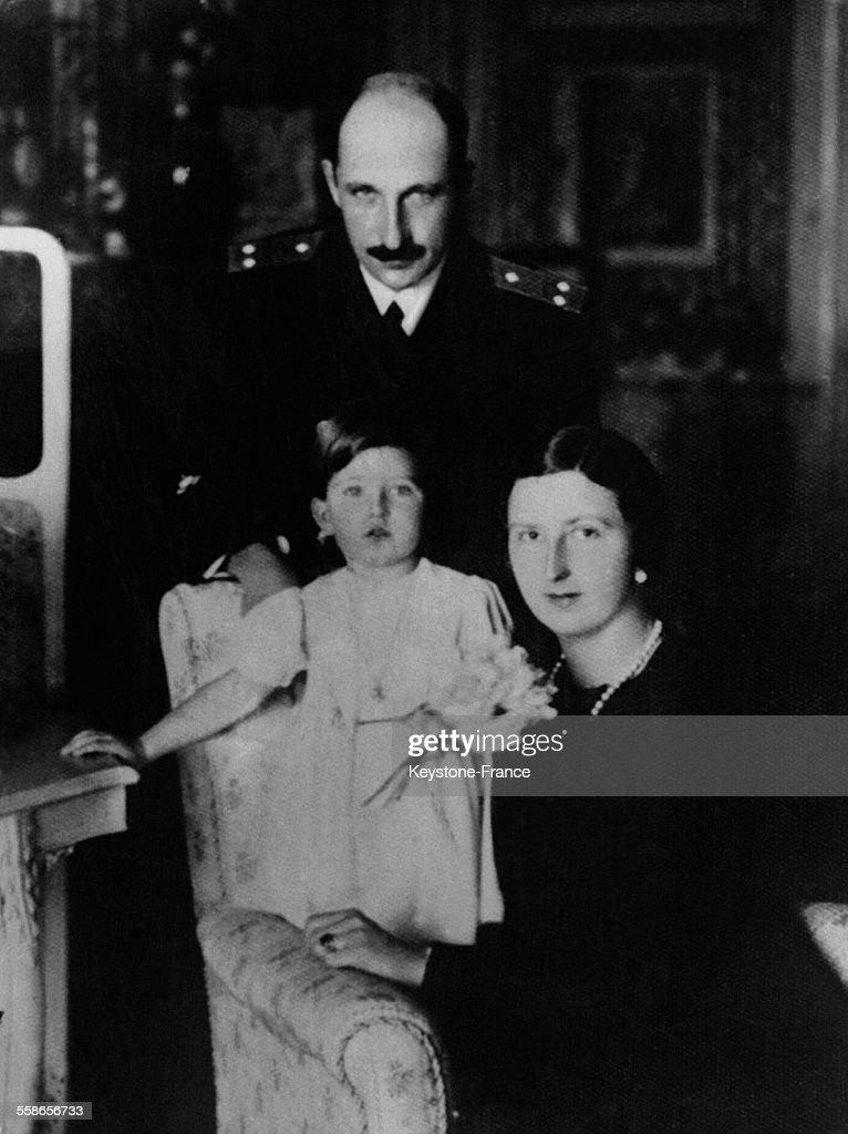 Le Roi Boris III de Bulgarie avec sa femme et sa petite fille : News Photo
