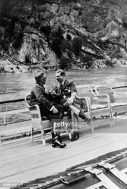 Le roi Carol II de Roumanie s'entretient amicalement avec le roi Alexandre de Yougoslavie à bord du yacht dd ce dernier au cours d'une croisière sur...