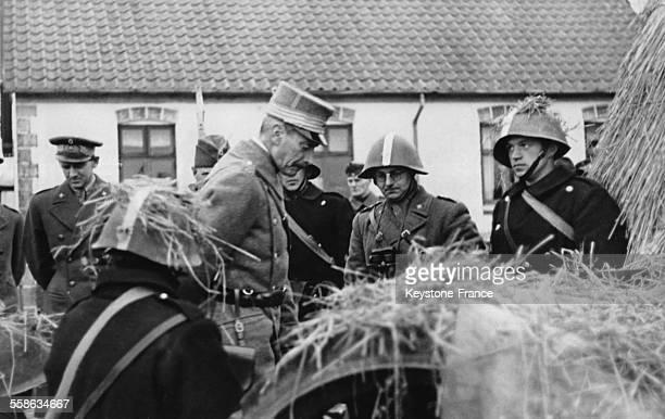 Le Roi Christian de Danemark et le Prince heritier Frederik assistent aux manoeuvres militaires danoises dans la region du Jutland le 9 decembre 1939...