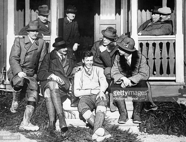 Le roi Christian X de Danemark le prince héritier de Suède le prince Guillaume de Prusse le roi Gustav V de Suède assis sur les marches d'un chalet...
