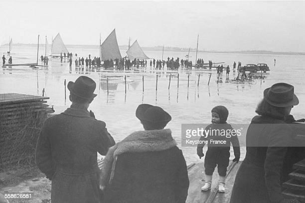 Le roi Christian X et son plus jeune fils le prince Knud assistant à une course de yachts à glace dans le port de Roskilde Danemark circa 1940