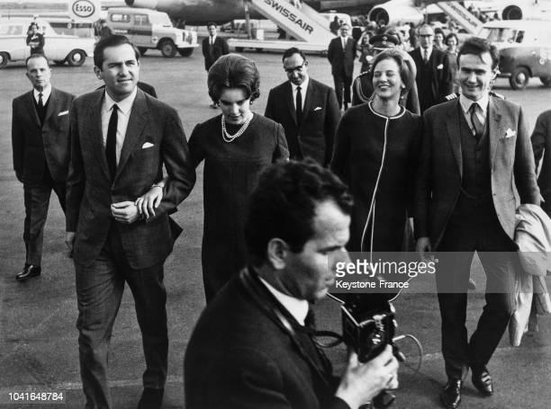Le roi Constantin de Grèce et son épouse la reine AnneMarie de Danemark accueillent la princesse Margrethe de Danemark et son fiancé le comte Henri...