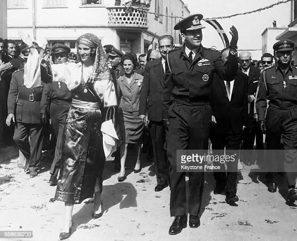 Le roi Constantin et la reine Anne-marie en costume folklorique, visitent l'île de Kos, en Grèce.