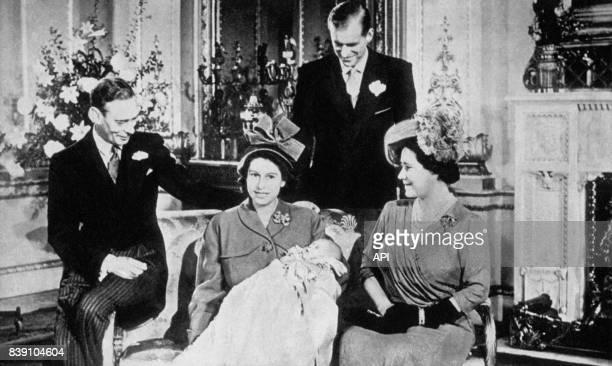 Le Roi du RoyaumeUni George VI avec sa fille la princesse Elizabeth son gendre le Duc Philip d'Edimbourg et son épouse la reine Elizabeth après la...