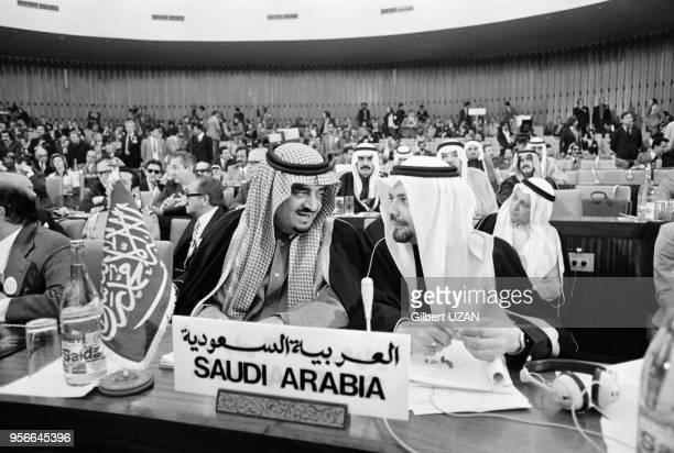 Le Roi Fahd et Sheikh Ahmed Zaki Yamani lors du sommet de l'OPEP à Alger en mars 1975 Algérie