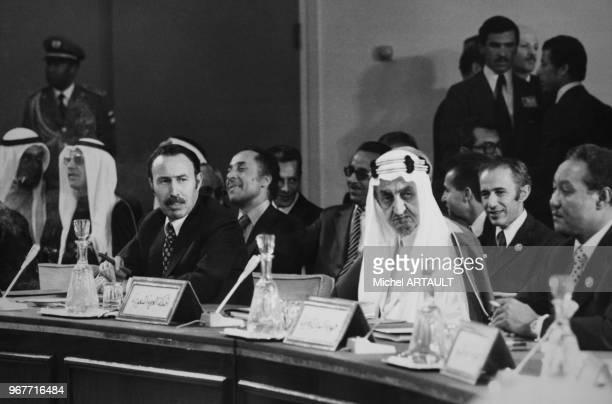 Le Roi Fayçal d'Arabie Saoudite et le président algérien Houari Boumédiènelors d'un sommet arabe à rabet le 27 octobre 1974 Maroc