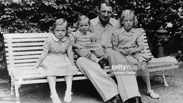 Le Roi Frederik avec ses enfants Princesse Margrethe Princesse Benedikte et Princesse AnneMarie le 10 aout 1948 a Copenhague Danemark