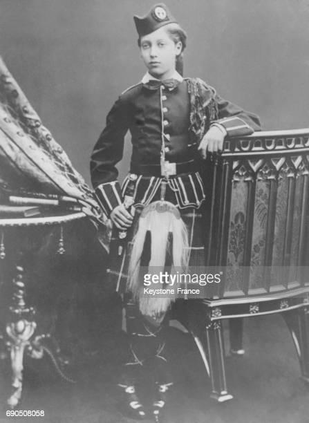 Le Roi George V à 12 ans en uniforme écossais en 1877.