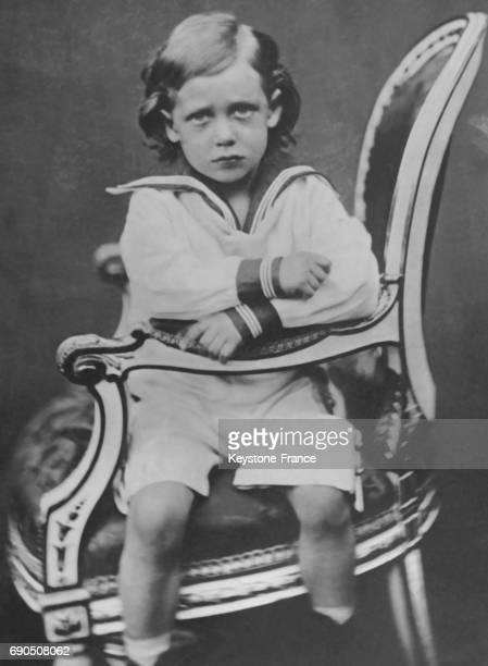 Le Roi George V à 5 ans assis sur une chaise en 1870.