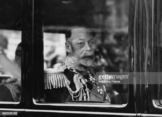 Le Roi George V dans la voiture royale lorsqu'il quitte St James Palace après avoir reçu le corps diplomatique le 8 mai 1935 à Londres au RoyaumeUni