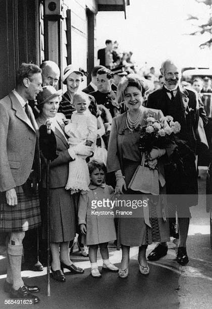 Le Roi George VI et la Reine Elizabeth arrivent en Ecosse avec leurs petitsenfants le Prince Charles et la Princesse Anne au château de Balmoral à...