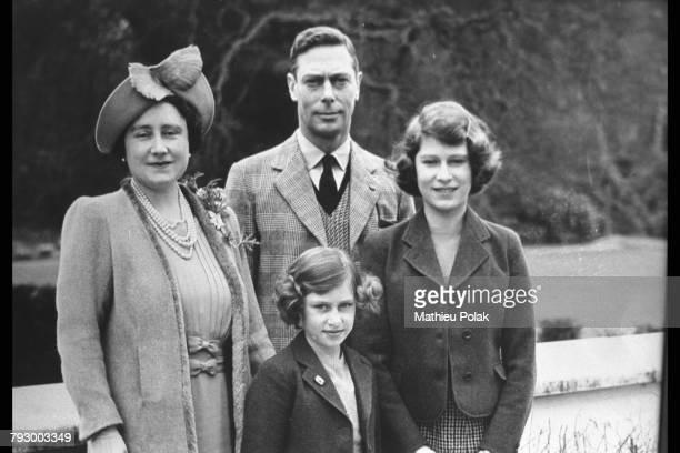 Le Roi George VI et la Reine Elizabeth avec leurs filles Elizabeth et Margaret à Windsor.