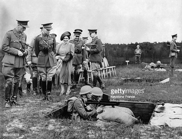 Le Roi George VI et la Reine Elizabeth visitent les troupes à Aldershot au RoyaumeUni
