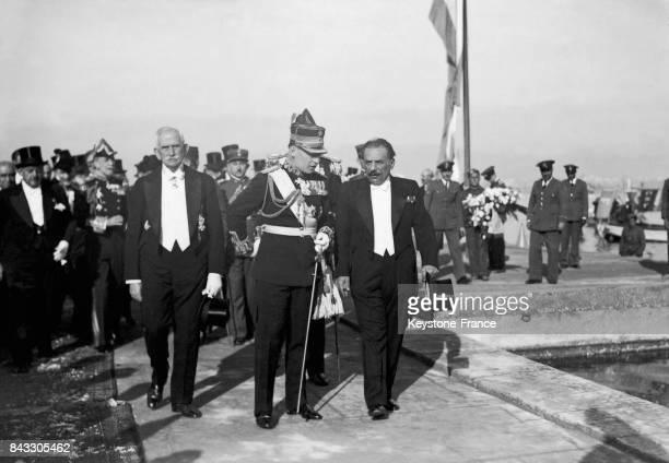 Le roi Georges II de Grèce accompagné du général Kondylis est de retour dans son pays à Athènes Grèce