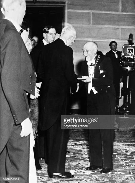 Le roi Gustave V remet à Luigi Pirandello le Prix Nobel de littérature à Stockholm Suède le 11 décembre 1934
