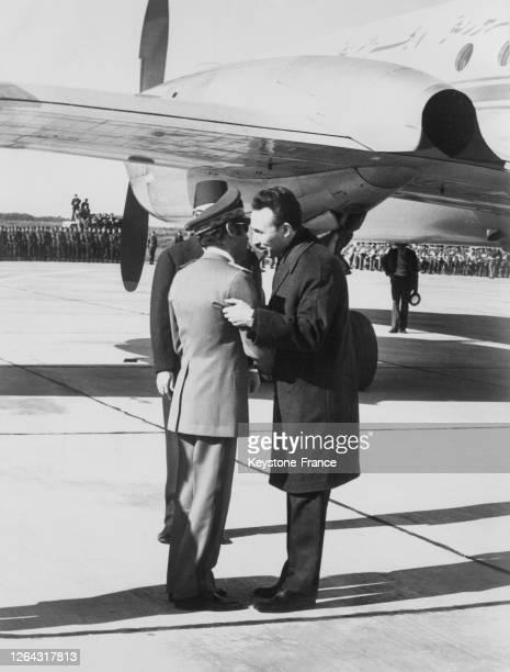 Le roi Hassan II du Maroc accueillant le président algérien Houari Boumédiène à son arrivée à l'aérodrome de Rabat Maroc le 15 janvier 1969