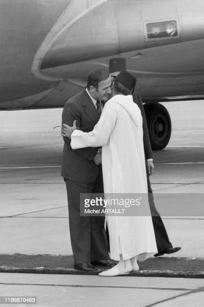 Le roi Hassan II du Maroc accueille le président syrien Hafez elAssad à l'aéroport de Rabat lors d'un sommet arabe le 26 octobre 1974 Maroc