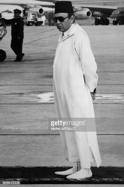 Le roi Hassan II du Maroc attend ses hôtes à l'aéroport de Rabat, le 26 octobre 1974, au Maroc.
