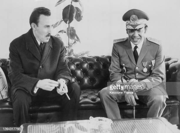 Le roi Hassan II du Maroc s'entretenant avec le président algérien Houari Boumédiène à Rabat Maroc le 15 janvier 1969