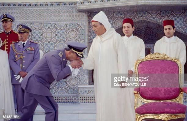 Le roi Hassan II lors de la célébration de ses 32 ans de règne avec à l'arrièrepla au centre ses fils les princes Sidi Mohammed et Moulay Rachid le 8...