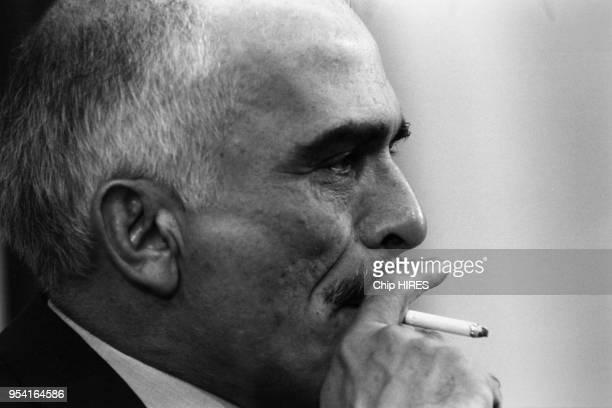 Le roi Hussein de Jordanie entrain de fumer une cigarette en novembre 1987 à Amman, Jordanie.