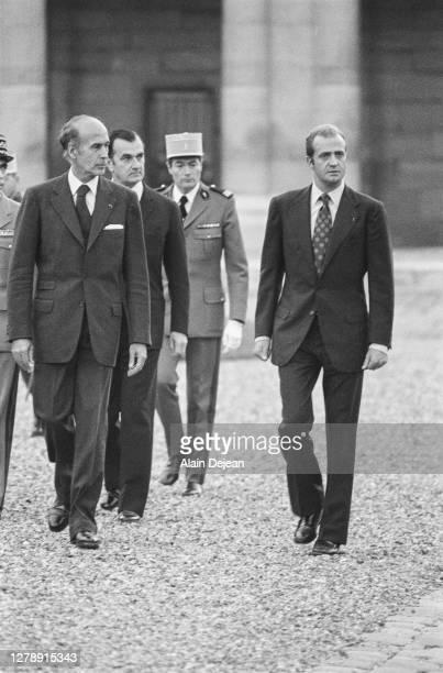 Le roi Juan Carlos et le Président de la République Française Valery Giscard d'Estaing visitent l'école militaire de Paris.