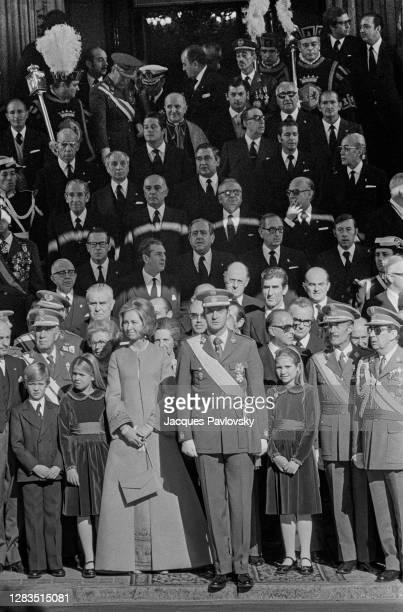 Le Roi Juan Carlos et son épouse la Reine Sophie avec leurs enfants, Felipe, Cristina et Elena, devant l'assemblée pendant la cérémonie de serment...