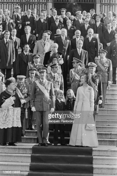 Le Roi Juan Carlos et son épouse la Reine Sophie avec leurs enfants, Felipe, Cristina et Elena, devant l'église San Jeronimo el Real de Madrid, où...