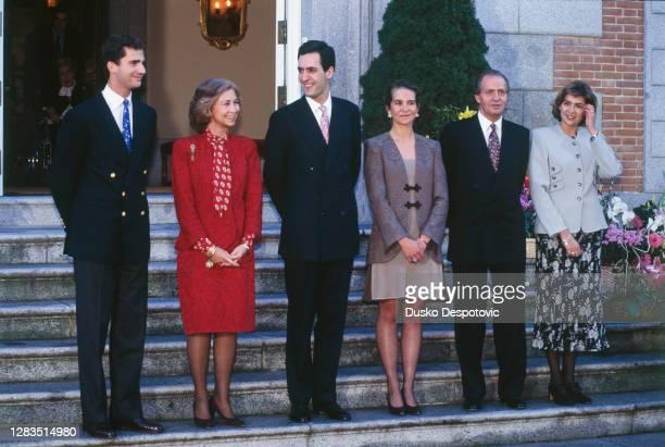 Le Roi Juan Carlos et son épouse la Reine Sophie avec leurs trois enfants, l'infant Felipe, l'infante Cristina lors de la présentation officielle de...