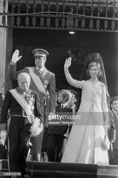 Le Roi Juan Carlos et son épouse la Reine Sophie et leur fils Felipe à la sortie de l'église San Jeronimo el Real de Madrid, où s'est déroulée la...