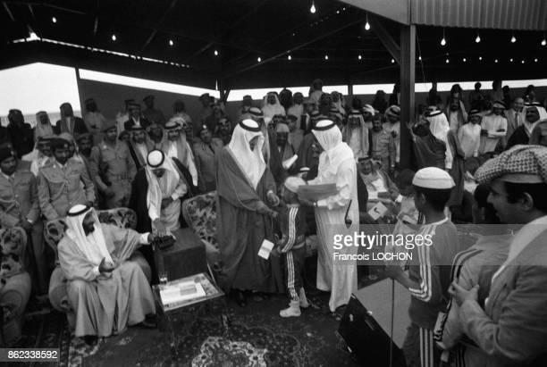 Le roi Khaled ben Abdelaziz alSaoud avec Sheikh Zayed bin Sultan alNahyan et le prince Abdullah bin Abdulaziz alSaud lors d'une course de chameaux à...