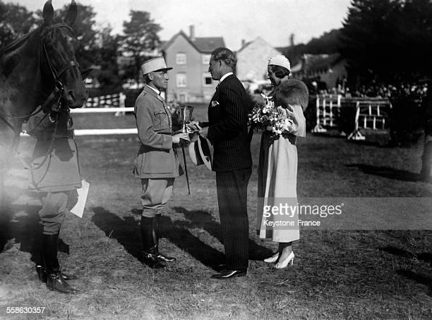 Le Roi Leopold III et la Reine Astrid felicitent un officier francais concurrent d'une epreuve hippique circa 1934 en Belgique
