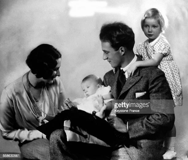 Le Roi Leopold III sa femme la reine Astrid et ses deux enfants la princesse Josephine Charlotte et le prince Baudouin circa 1930 a Bruxelles Belgique