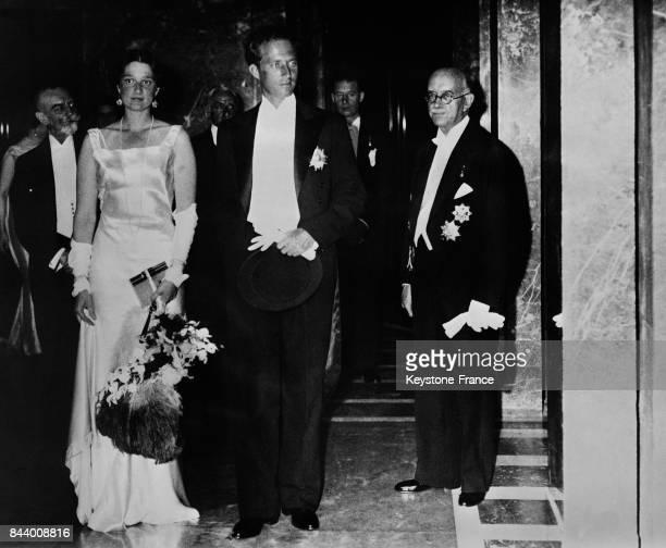 Le roi Léopold III de Belgique et la reine Astrid arrivant au gala à Bruxelles Belgique en 1935