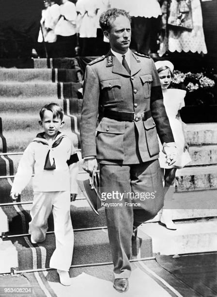 Le roi Léopold III de Belgique et ses enfants quittent le parvis de l'église de Laeken leur paroisse où ils ont assisté au couronnement de la Vierge...
