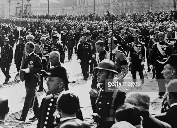 Le Roi Léopold III de Belgique menant le cortège funèbre suivi du Prince Humbert son beaufrère et du Prince Charles son frère lors des obsèques de la...