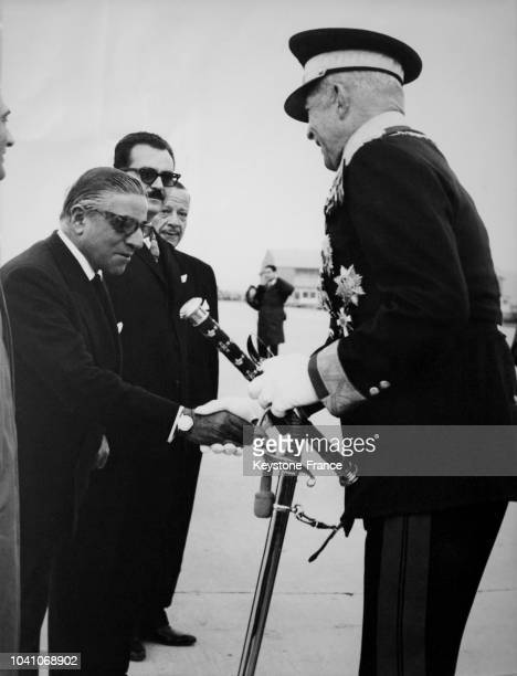 Le roi Paul 1er de Grèce serrant la main de Aristote Onassis à son arrivée à l'aéroport d'Hellinikon à Athènes Grèce circa 1960