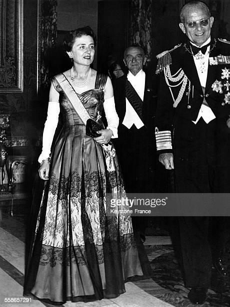 Le Roi Paul de Grèce accompagné de Carla Gronchi épouse du Président italien lors d'une réception en l'honneur des souverains grecs au Palais du...