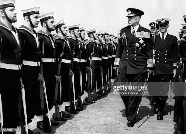 Le Roi Paul de Grèceen tenue d'amiral britannique inspecte les troupes marines à bord du navire britannique 'HMS Albion' au large d'Athènes le 27...