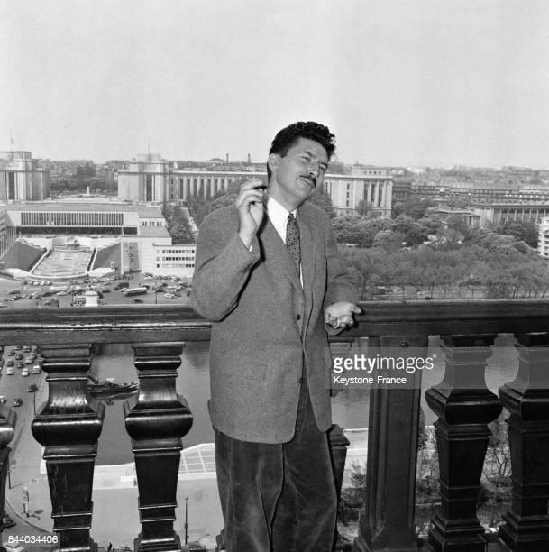 Le romancier et cinéaste Alain RobbeGrillet lors de la remise de la Bourse de la Fondation Del Duca au restaurant La Tour d'Argent à Paris France le...