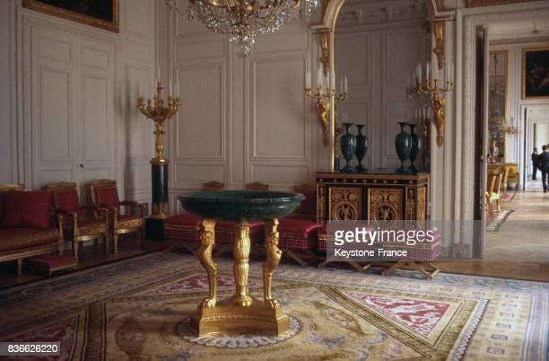 cette pièce contient en particulier les objets d'art fabriqués avec les blocs de malachite de Sibérie offerts par le tsar Alexandre Ier de Russie à...