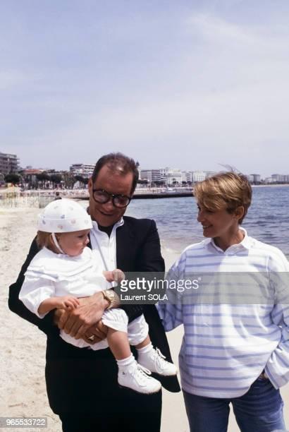 Le scénariste et réalisateur américain Paul Schrader avec son épouse l'actrice Mary Beth Hurt et leur fille Molly Johanna le 15 mai 1985 à Cannes,...