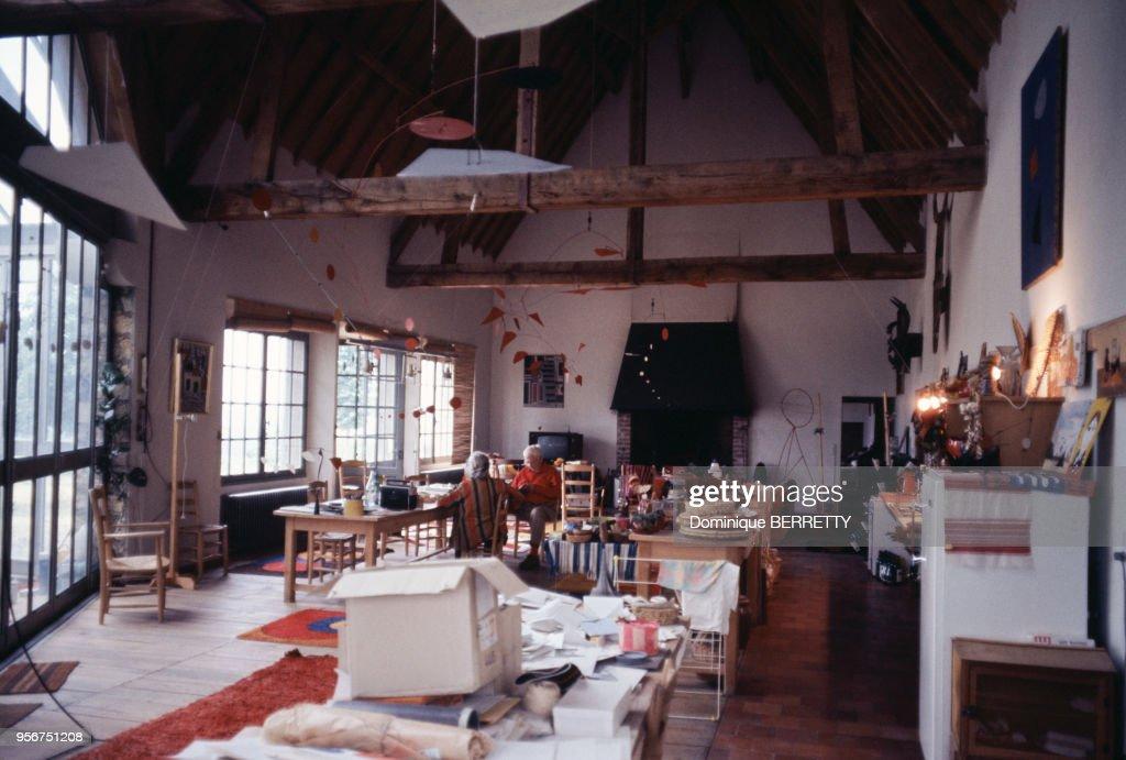 Alexander Calder dans son atelier à Saché : Fotografía de noticias