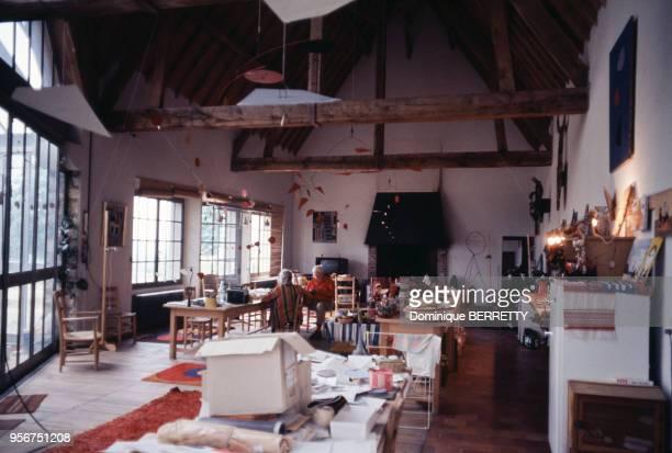 Le sculpteur américain Alexander Calder dans son atelier à Saché en juin 1973 en IndreetLoire France