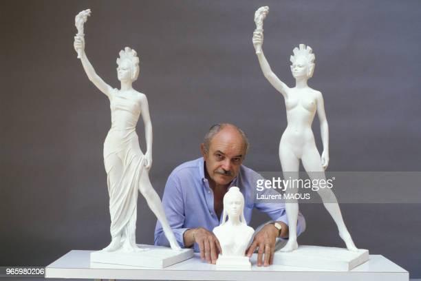Le sculpteur Aslan présente une Marianne figure symbolique de la République à l'effigie de Brigitte Bardot le 17 juin 1986 à Paris France