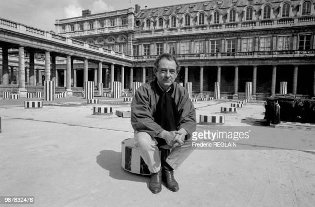 Le sculpteur français Daniel Buren pose parmi ses colonnes du PalaisRoyal à Paris le 17 avril 1986 France
