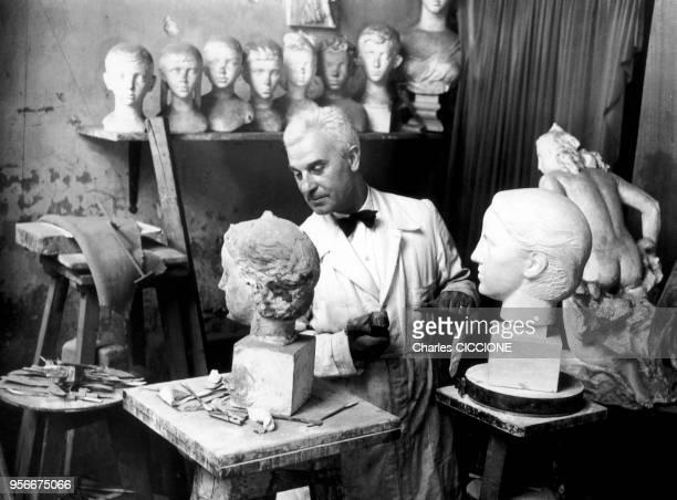 Le sculpteur français Paul Belmondo travaillant dans son atelier en France