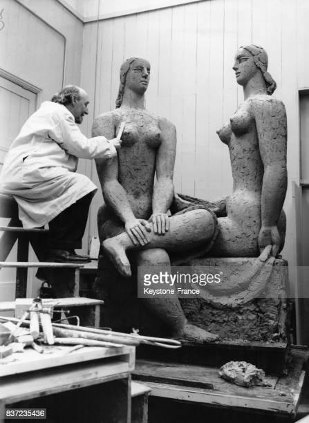 Le sculpteur Frank Dobson travaille sur sa statue 'Leisure' une sculpture de sa série 'Perfect Women' au Royal College of Arts le 31 janvier 1951 à...