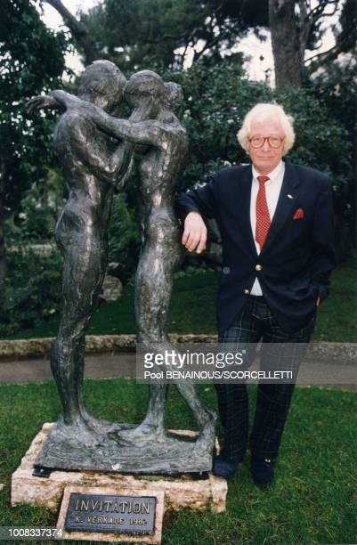 Le sculpteur Kees Verkade pose à côté d'une de ses oeuvres le 2 janvier 1997 Monaco