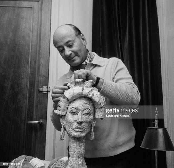 Le sculpteur new yorkais Tulio réalise le buste de Sophia Loren avec du papier journal en mars 1966 à Paris France